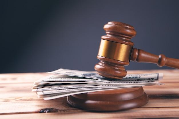 Martelo e dinheiro no tribunal