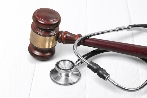 Martelo e estetoscópio no fundo, foto do símbolo para falhas e erro médico