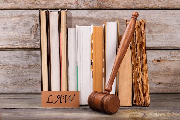 Martelo e livros de direito. composição da vida ainda.