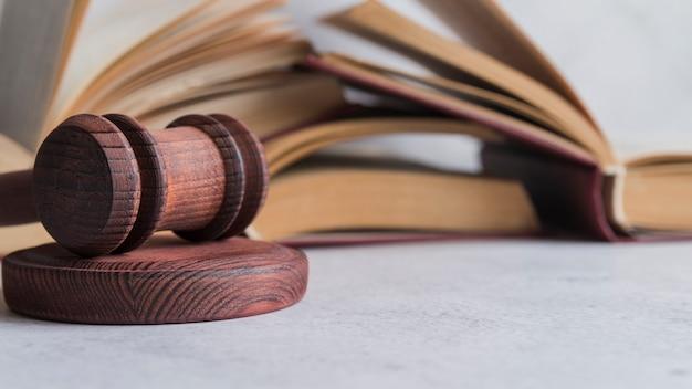 Martelo e livros do juiz