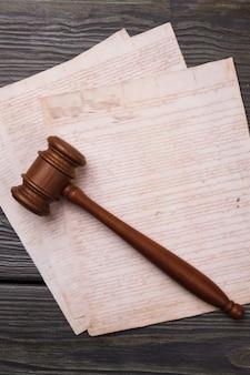 Martelo e papéis do juiz de tiro vertical. antigo martelo de caligrafia e tribunal retrô.