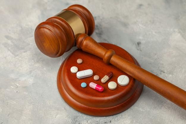 Martelo e pílulas do juiz. lei na medicina, proibição de medicamentos.