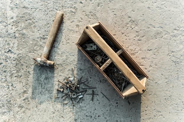 Martelo e unhas. caixa de ferramentas de carpinteiros vintage.