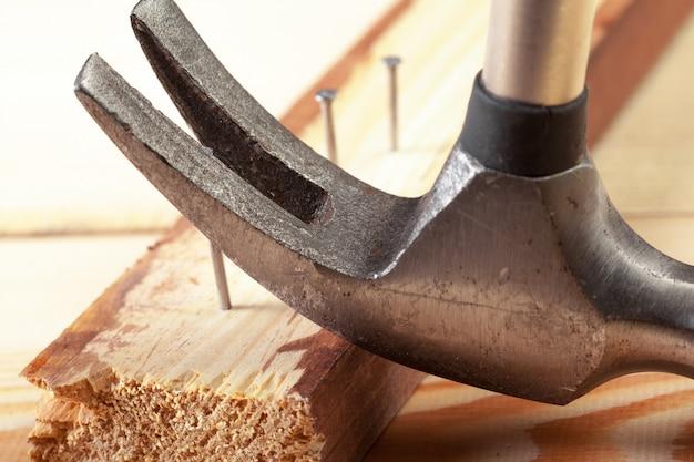 Martelo e unhas em madeira
