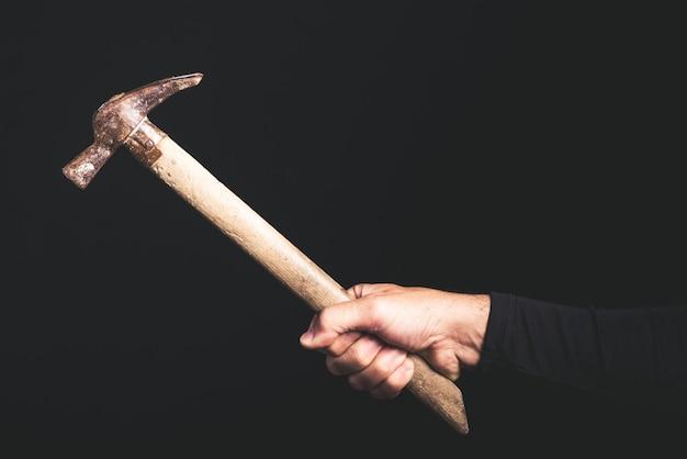 Martelo em uma mão de homem, serviço de manutenção