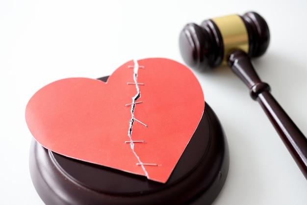 Martelo forense de madeira com coração partido vermelho