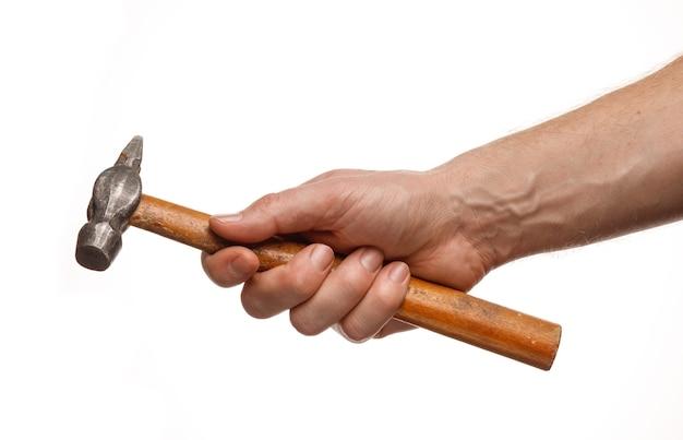 Martelo nas mãos de um homem isolado no branco
