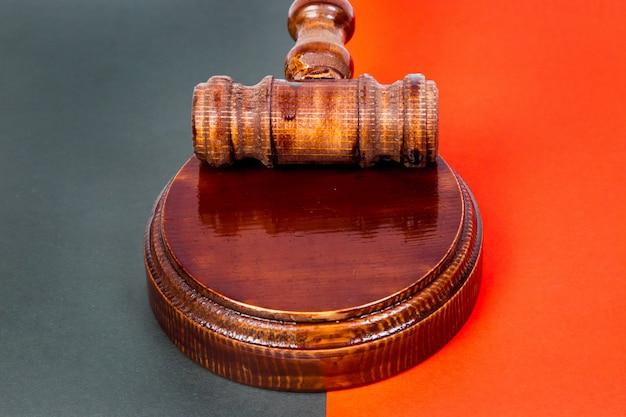 Martelo para o juiz e realização de leilões.