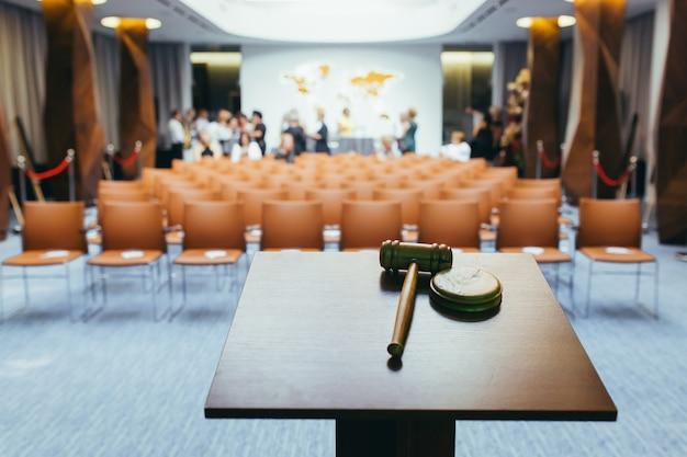 Martelo para o leilão, no fundo da sala de conferências