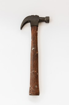Martelo vintage no fundo branco, isolar a antiga ferramenta de carpinteiro