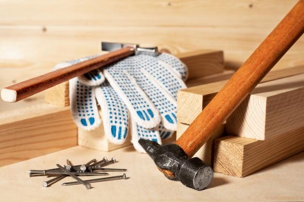 Martelos nas barras. conceito de melhoramento da casa