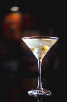 Martini bebida em um ambiente escuro