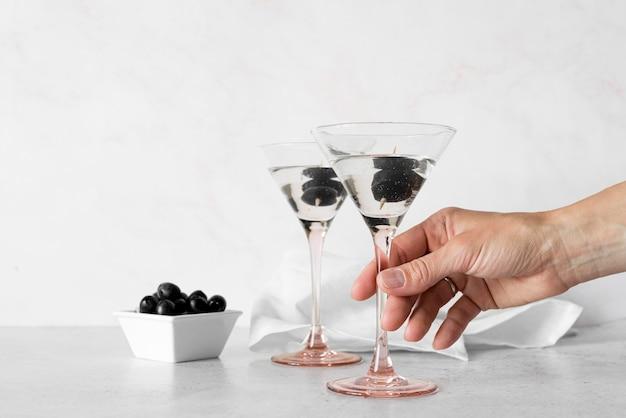 Martini de bebida alcoólica forte com azeitonas