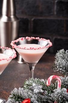 Martini de menta rosa com aro de cana-de-doce
