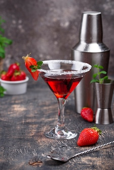 Martini de morango. coquetel de verão com álcool vermelho doce