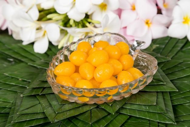Marzipan tailandês do feijão de mung e receita da sobremesa da gema (met khanoon). sobremesas tailandesas