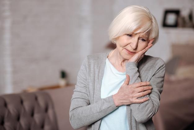 Más notícias. feche o retrato de uma mulher idosa bonita, mas triste, em casa