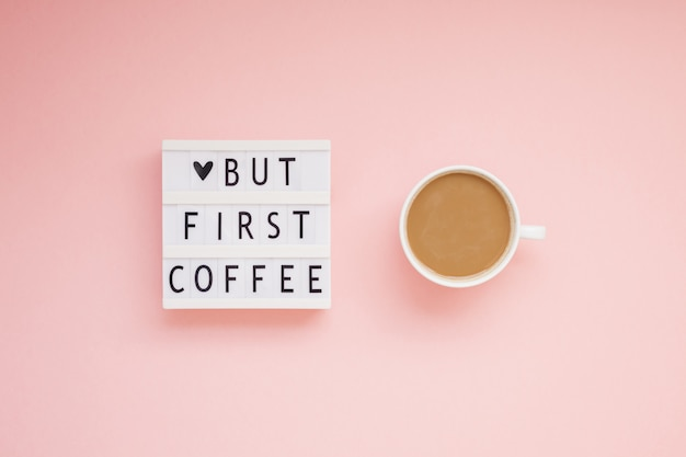 Mas primeiro texto de café na mesa de luz com a xícara de café