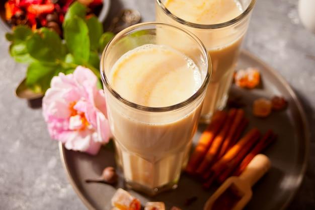 Masala chá chai com leite e especiarias.