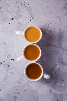Masala chá ou café com uma quantidade diferente de leite e um gradiente de cor diferente