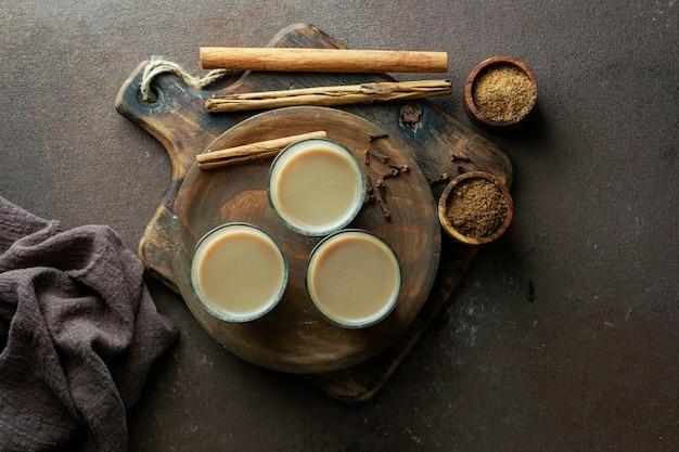 Masala de chá picante indiano, bebida tradicional quente e deliciosa de chá