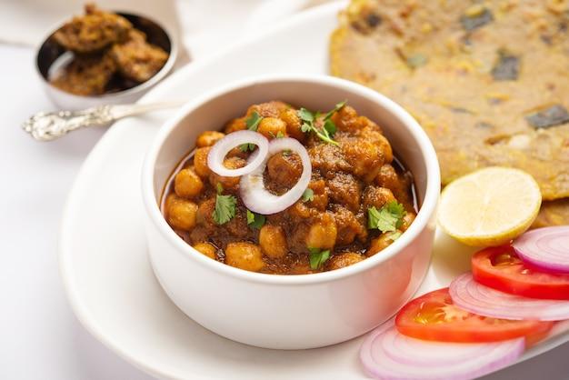 Masala picante de grão de bico ou curry de pimenta com pyaj paratha ou cebolinha parantha e picles de manga