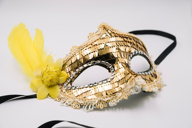 Máscara brilhante na moda com lantejoulas douradas