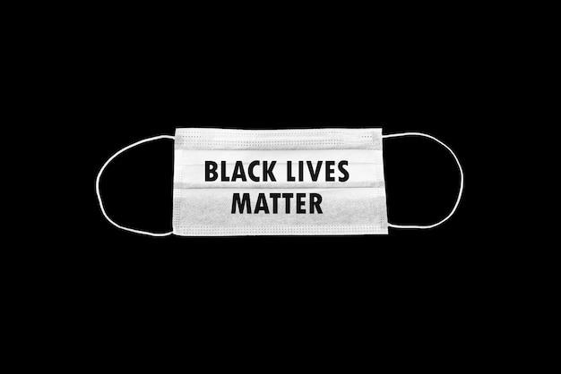 Máscara cirúrgica com vidas negras importa tema em fundo preto