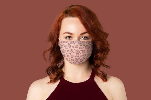 Máscara com padrão de leopardo na prevenção de mulher covid-19