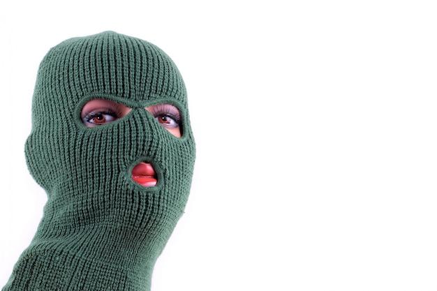 Máscara de balaclava verde na cabeça do manequim