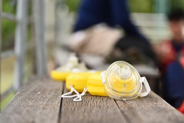 Máscara de bolso amarela para ventilação via aérea