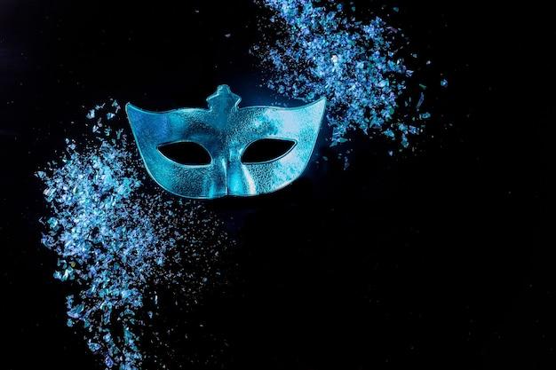 Máscara de carnaval azul para o baile de máscaras. feriado judaico de purim.