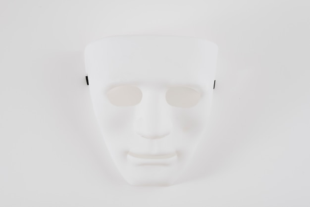 Máscara de carnaval branco grande na mesa