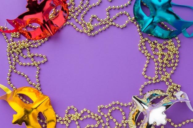 Máscara de carnaval colorido com jóias