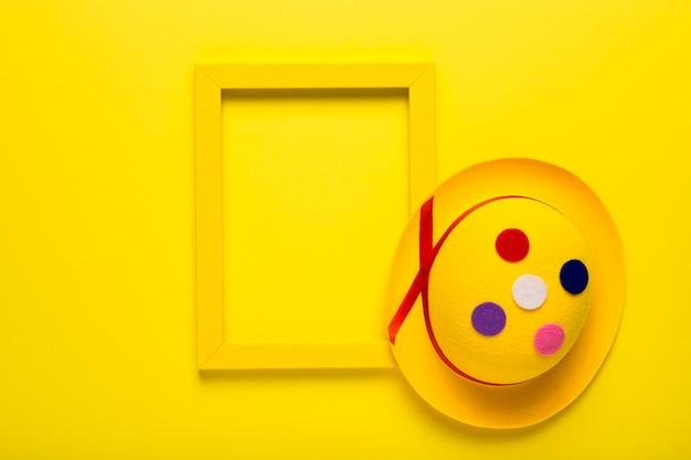 Máscara de carnaval colorido com moldura amarela
