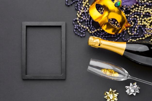 Máscara de carnaval com champanhe e jóias