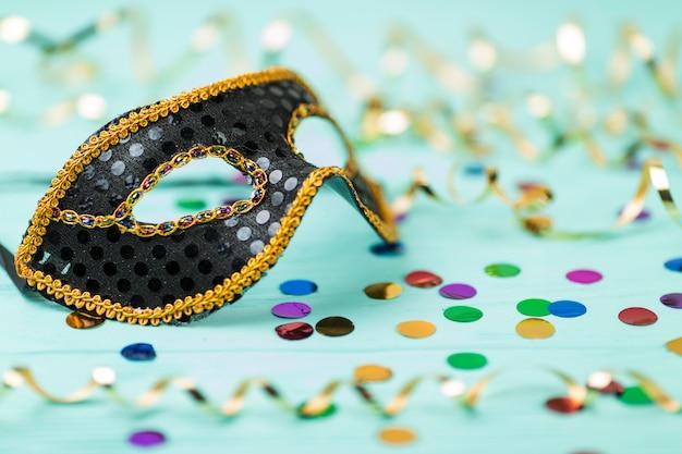Máscara de carnaval com decoração