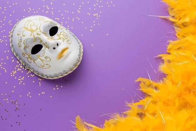 Máscara de carnaval com glitter e penas