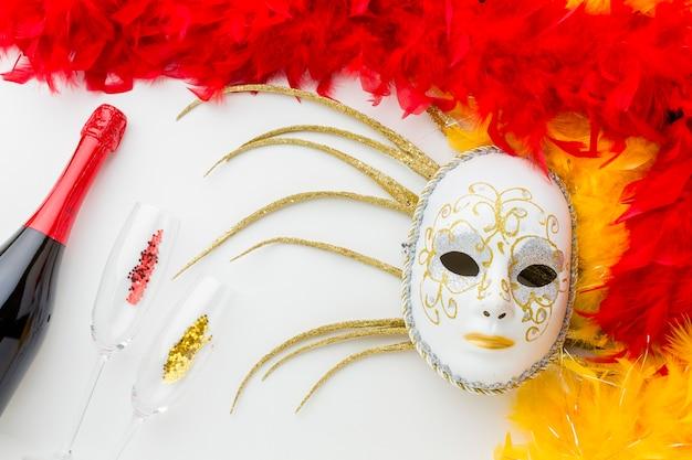 Máscara de carnaval com penas e champanhe