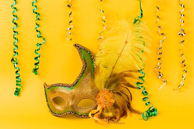 Máscara de carnaval com penas