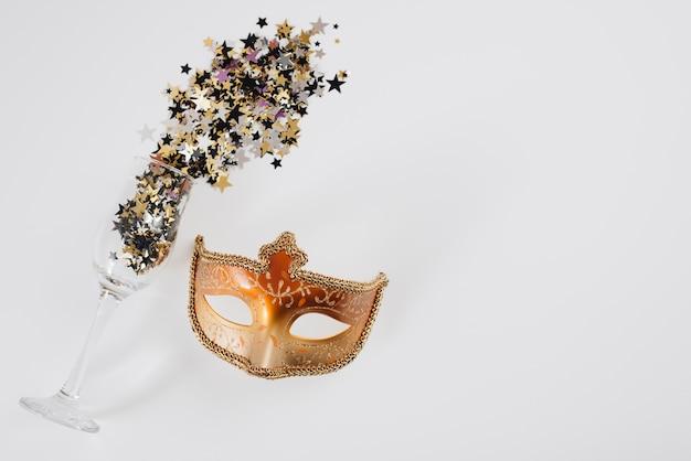 Máscara de carnaval com pequenas lantejoulas espalhadas de vidro