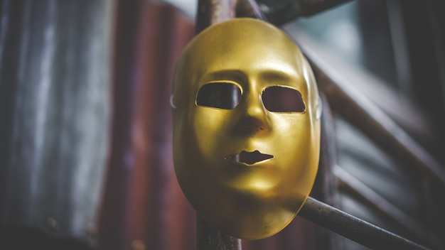Máscara de carnaval de ouro
