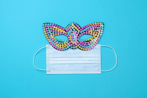Máscara de carnaval de purim e máscara facial médica azul