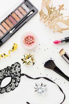 Máscara de carnaval dourada com kit de maquiagem