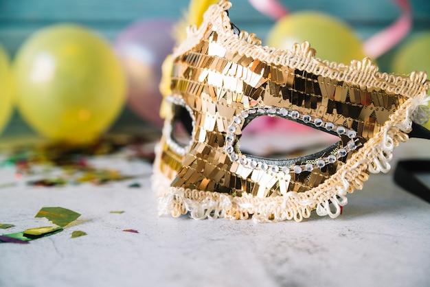 Máscara de carnaval dourada com lantejoulas