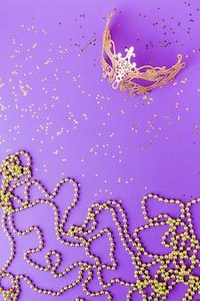 Máscara de carnaval dourado com glitter
