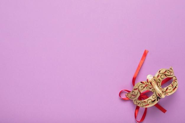 Máscara de carnaval dourado vista superior com espaço de cópia
