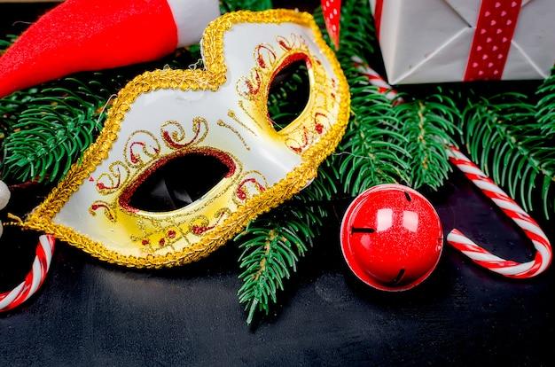 Máscara de carnaval e decorações de natal