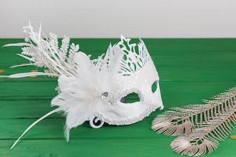 Máscara de carnaval e penas