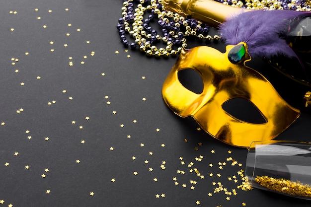 Máscara de carnaval elegante com champanhe e glitter
